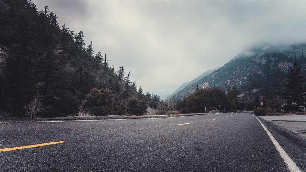 sfondo strada con nebbia