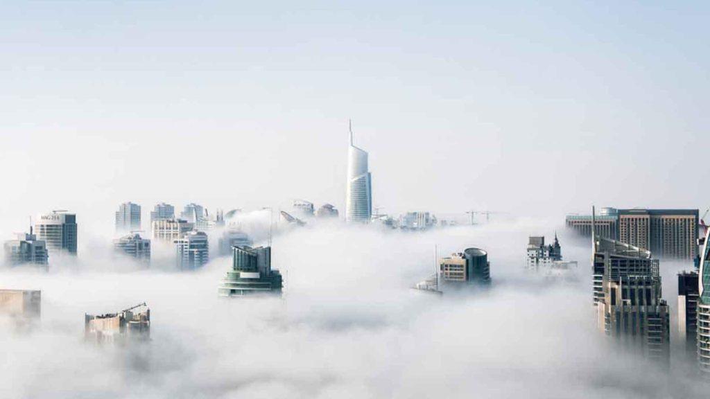 sfondo skyline che spuntano dalla nebbia